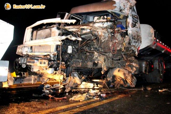 Caminhão-tanque ficou totalmente destruído. Motorista ficou preso nas ferragens. (Foto: Rastro101)
