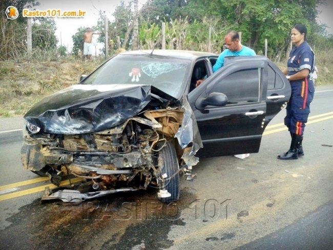 Motorista perdeu o controle do veículo durante uma ultrapassagem e bateu no barranco. (Foto: Silas Brito)