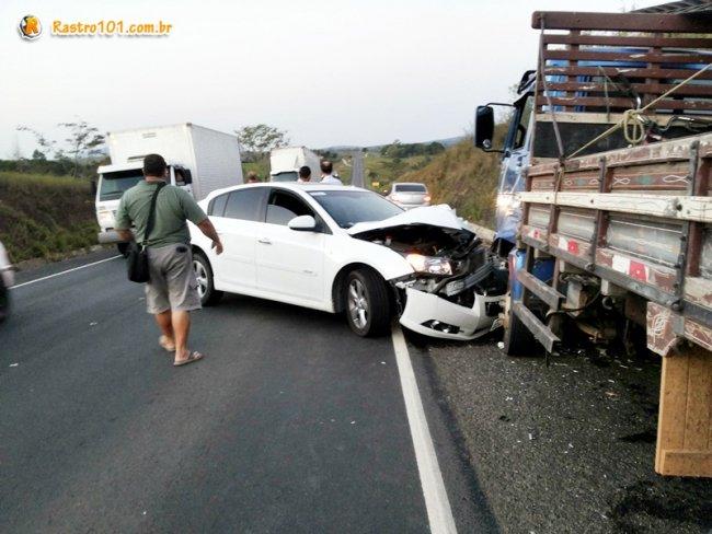 Caminhão estava parado no acostamento da pista contrária. (Foto: Rastro101)