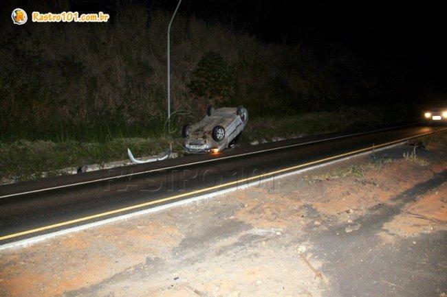Iluminação no trecho é precária e diversos veículos sobem no canteiro com frequência. (Foto: Rastro101)