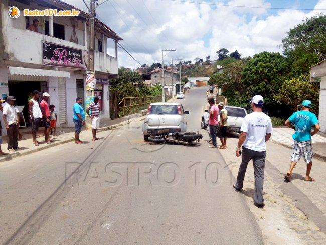 Veículo ficou sobre a moto. Piloto foi arremessado para o lado e sofreu ferimentos leves. (Foto: Rastro101)