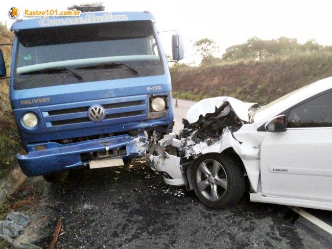 Veículo ficou com a frente muito danificada. (Foto: Rastro101)