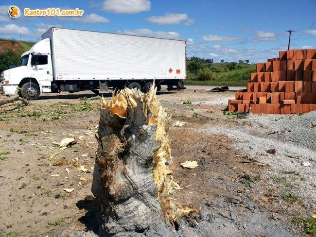 Motorista conseguiu desviar o caminhão de outros veículos que estavam em um pátio da borracharia. (Foto: Rastro101)