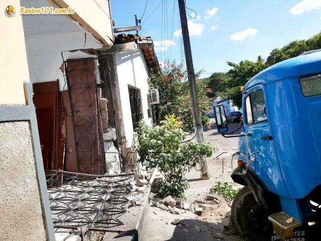 Veículo desgovernado subiu no meio fio e arrancou os portões de uma residência. (Foto: Rastro101)