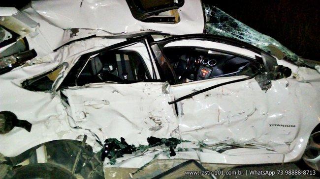 Veículo ficou com a lateral totalmente destruída. (Foto: Internauta/Rastro101)