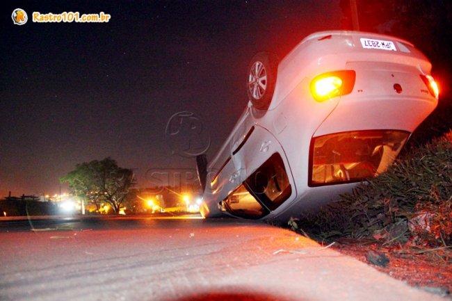 Veículo capotou depois que motorista tentou desviar de um canteiro. (Foto: Rastro101)