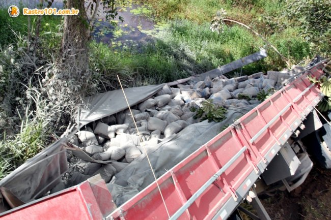 Carga de cimento foi saqueada por populares. (Foto: Rastro101)