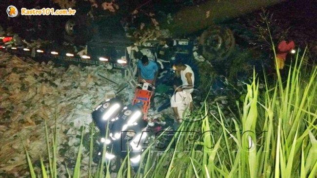 Os dois ajudantes foram atendidos pelo SAMU. Motorista do caminhão morreu e corpo ficou sob as ferragens. (Foto: Internauta/Rastro101)