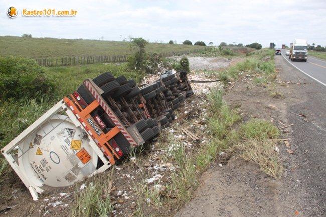 Carreta com produto químico altamente explosivo tombou na Curva da Visgueira. (Foto: Rastro101)