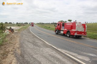 Caminhão dos bombeiros ficou no local pois havia risco de explosão. (Foto: Rastro101)