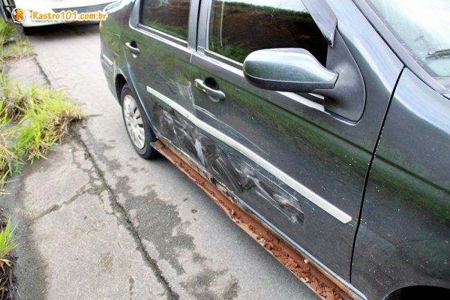 Veículo Siena com 5 pessoas foi atingido na lateral. Ninguém se feriu no veículo. (Foto: Rastro101)