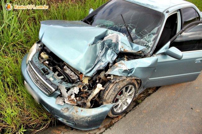 No primeiro acidente, Honda Civic bateu na lateral de um Siena e no fundo de um ônibus. (Foto: Rastro101)