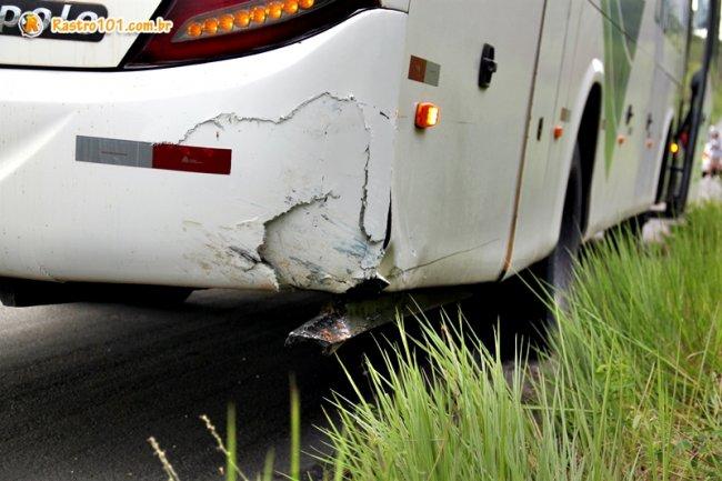 Ônibus foi atingido na traseira. Passageiros não se feriram e foram transferidos para outro ônibus da empresa. (Foto: Rastro101)