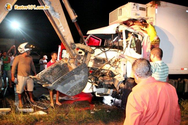 Populares usaram uma retroescavadeira para ajudar a retirar o motorista das ferragens. (Foto: Rastro101)