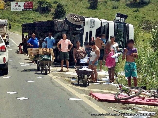 Saqueadores usaram carrinhos de mão e levaram a carga em poucos minutos. (Foto: Internauta/Rastro101)