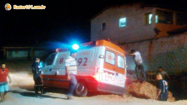 Populares ajudaram a empurrar a ambulância, que saiu sem avarias na parte mecânica. (Foto enviada por um  internauta, via WhatsApp)