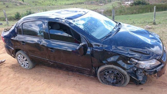 Veículo caiu no buraco e capotou três vezes. (Foto: Rastro101)