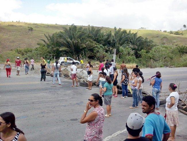 Professores interditaram a BR-101 na manhã desta terça-feira em protesto ao atraso de salários. (Foto: Sinval Barbosa)