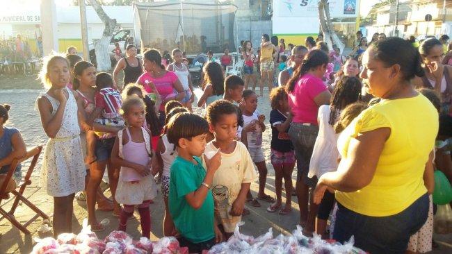 Dezenas de crianças receberam presentes, brinquedos e lanche. (Divulgação)