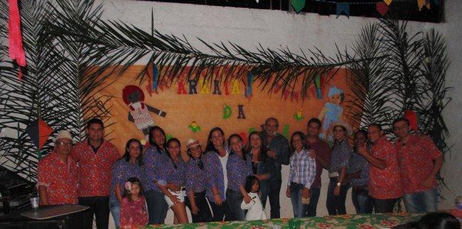 Parte da equipe que participou dos preparativos da festa, ao lado do prefeito Rogério Andrade e sua esposa Ercília. (ASCOM)