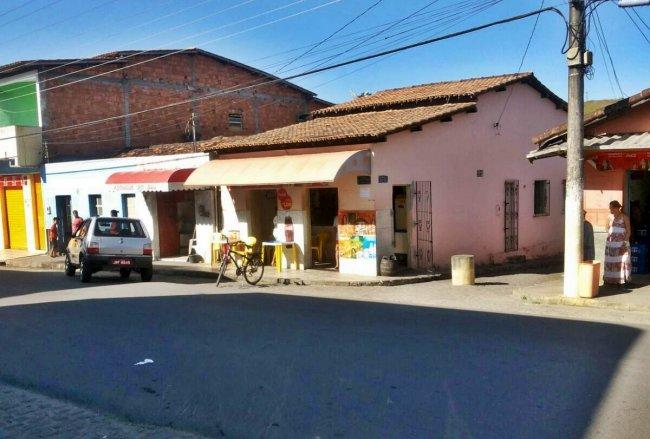 Bar da Dona Orlinda fica na avenida principal de Itagimirim. (Foto: Rastro101)