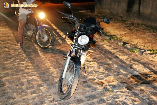 Moto usada no assalto foi abandonada pelos suspeitos em uma rua de Itagimirim. (Foto: Rastro101)