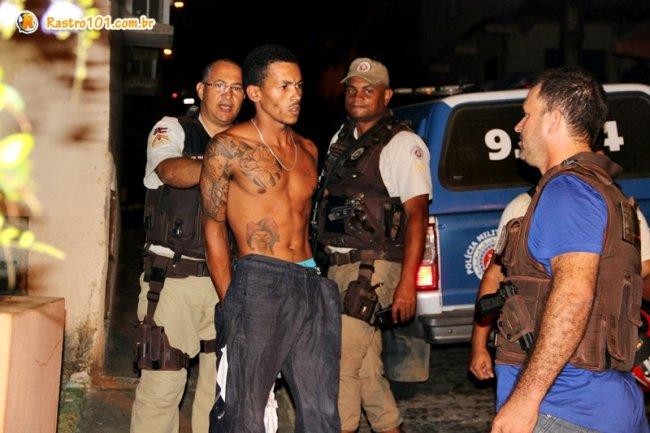 Vários policiais participaram da ação que resultou na captura de um dos suspeitos. (Foto: Rastro101)