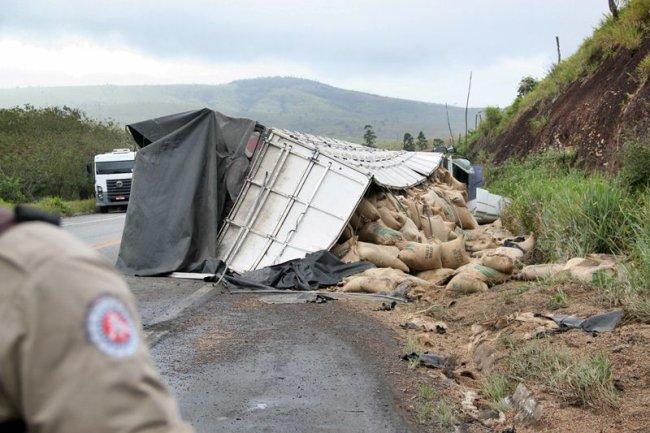Carga de 40 toneladas de grãos de café, avaliada em mais de 150 mil reais, ficou espalhada no acostamento. (Foto: Rafael Amaral / Rastro101)