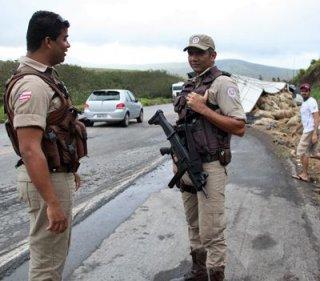 A Polícia Militar precisou ficar no local para evitar que a carga fosse saqueada. Até a chegada da polícia, os próprios motoristas protegeram a carga. (Foto: Rafael Amaral / Rastro101)
