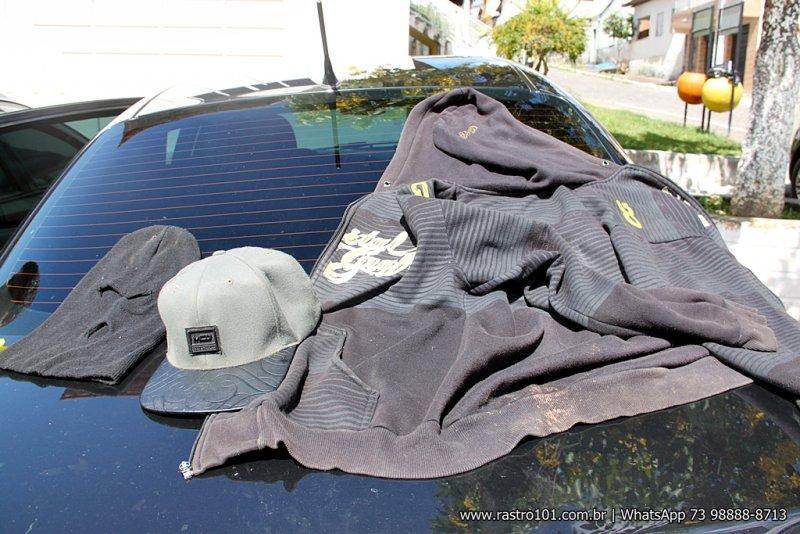 Touca ninja, boné e jaqueta de moletom abandonado dentro do veículo. (Foto: Rastro101)
