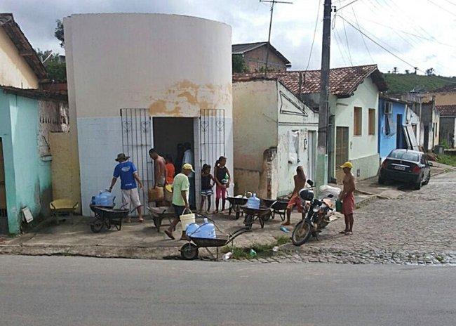 Aumento do fluxo de pessoas nos chafarizes da cidade. (Foto: Rastro101)