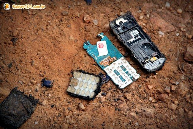Polícia encontrou um celular queimado com o chip intácto próximo a vítima. (Foto: Rastro101)