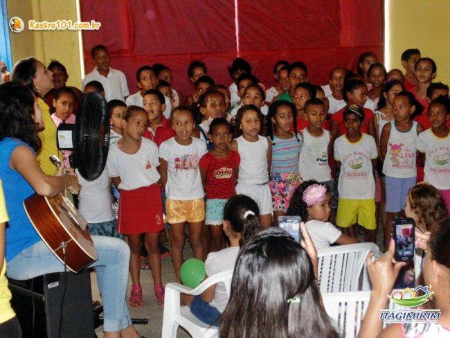 Crianças formaram um coral e cantaram em homenagem ao Dia das Mães. (ASCOM)