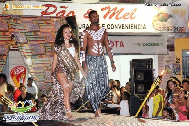 Ganhadora do concurso Beleza Negra de Porto Seguro, Gabriela, fez a abertura do desfile com Nei Simão. (Foto: Rastro101)