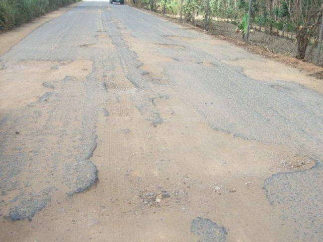 Estrada que liga Itagimirim ao município de Salto da Divisa é cheia de buracos. (Foto: ASCOM)
