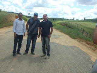 Equipe do governo fiscaliza situação das estradas que liga o município ao distrito. (Foto: ASCOM)