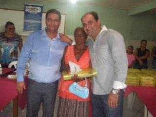 Prefeito Rogério Andrade e seu irmão o vereador Junior Andrade durante a entrega dos óculos e kits escolares em Itagimirim. (Foto: ASCOM)