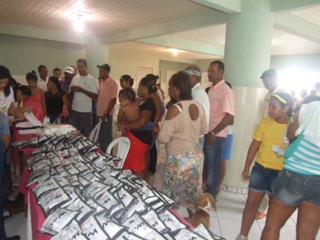 200 pessoas são contempladas com kit escolar e óculos em Itagimirim. (Foto: ASCOM)