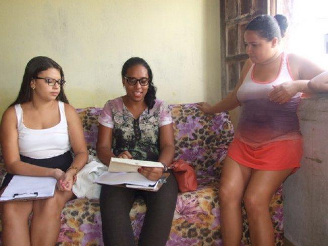 O trabalho de Luma e Giliane consiste também em visitas permanentes às casas, são durante essas visitas que elas detectam os problemas e assistem essas pessoas. (Foto: ASCOM)