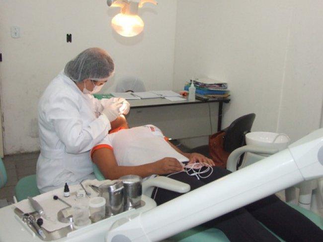 Ainda na Unidade de Saúde do Norberto Fernandes o atendimento odontológico, feito pela Drª Débora, não sofre interrupção, se estendendo até o Distrito de União Baiana 02 vezes por semana. (Foto: ASCOM)
