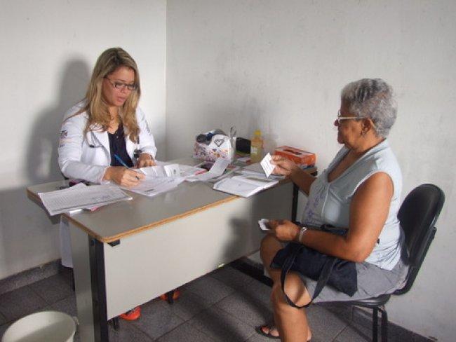 Drª Taciane Vieira, legítima filha de Itagimirim, atendeu durante todo o dia como sempre vem fazendo desde que aqui chegou. (Foto: ASCOM)