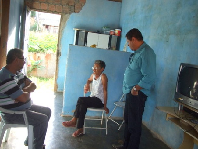 Prefeito aproveitou para ouvir outros problemas apresentados por moradores, e garantiu resolver todos o mais rápido possível. (Foto: ASCOM)
