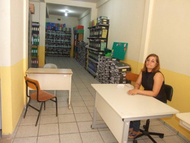 A servidora municipal Silene Lima é a responsável pelo bom zelo dos documentos existentes no Arquivo e atende a todos que necessitam de algum documento. (ASCOM)