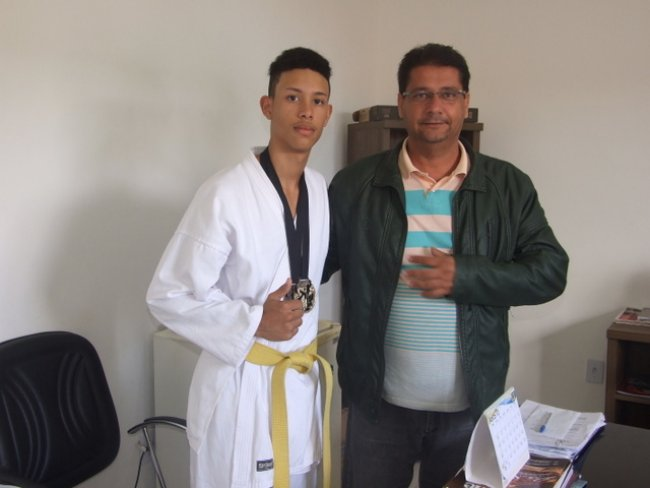Jovem Atílio Pacheco ao lado do prefeito Rogério Andrade. (Foto: ASCOM)