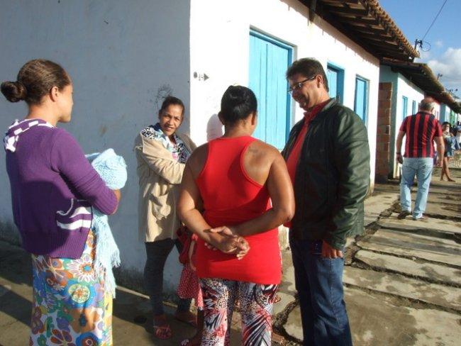 Prefeito visitou moradores no Bairro Norberto Fernandes. (Foto: Gil Rocha / ASCOM / Prefeitura de Itagimirim)
