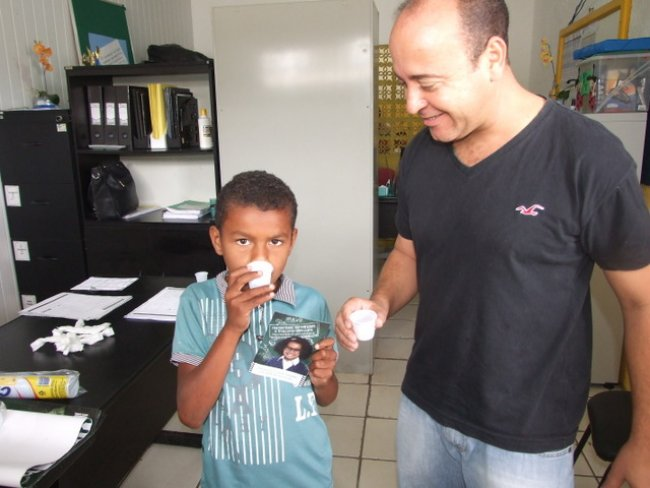 Os alunos também estão recebendo medicamento contra verminose, cada criança recebe um comprimido de vermífugo e toma na hora.