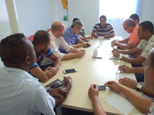 Prefeito se reúne com secretários e pede que sua equipe que não desanime. (Foto: ASCOM)
