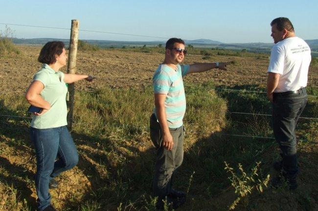 Técnicos da Veracel e o administrador de União Baiana, Epaminondas Portugal, no local que será disponibilizado para cultivo. (Foto: ASCOM)