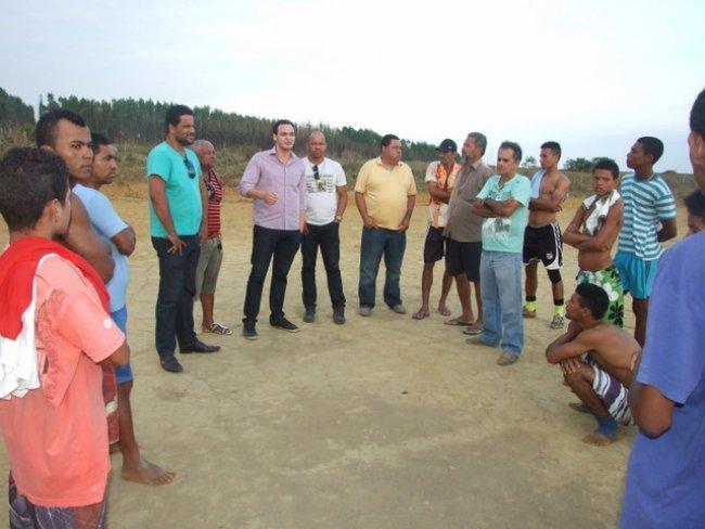 Como jovem que é, o deputado foi visitar um campo de futebol na parte alta da cidade e lá encontrou várias pessoas praticando o esporte. (Divulgação)