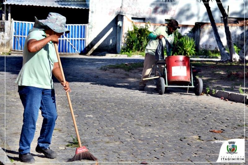 Profissionais percorrem a cidade, varrendo e recolhendo toda espécie de resíduos produzidos no município. (Divulgação)